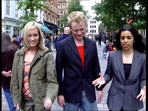 vidéos et rushes de jemini aim to bounce back england london street sign 'covent garden' ms nannar standing with jemini pull out watching man juggling football cms gemma... - concours de l'eurovision
