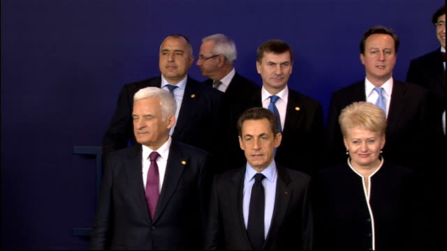 uk isolated after eu summit veto belgium brussels int european union leaders standing for group photocall at council of europe summit david cameron... - 首脳会議点の映像素材/bロール