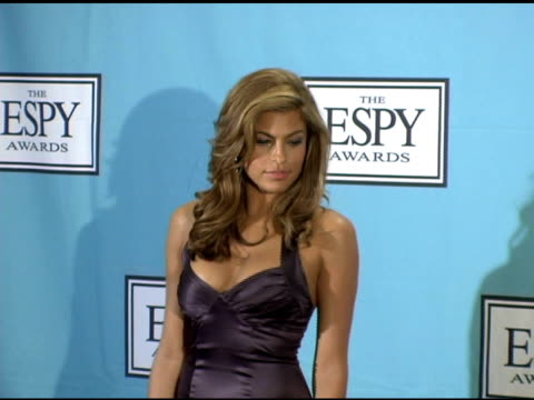 vídeos de stock, filmes e b-roll de eva mendes at the 13th annual espy awards press room at the kodak theatre in hollywood california on july 14 2005 - espy awards