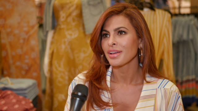 vidéos et rushes de eva mendes on congratulations on another incredible collection, what do you love about designing at eva mendes visits new york & company store in los... - féliciter