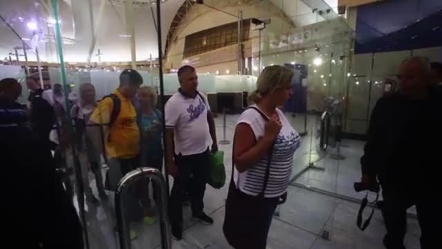 evacuation of british tourists who were stranded in sharm elsheikh due to security reason regarding the possibility of bomb attack towards crushed... - kogalymavia flug 9268 stock-videos und b-roll-filmmaterial