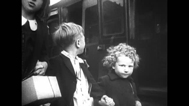 vídeos y material grabado en eventos de stock de evacuation of children from london before german air raids - bombardeo de londres