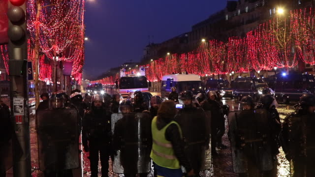 evacuation of yellow vests on the champs elysees by the police and gendarmerie in the evening christmas illumination in the trees - vest stock videos & royalty-free footage