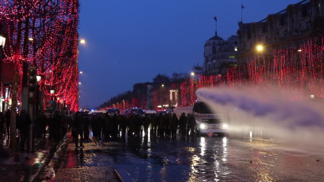 evacuation of yellow vests on the champs elysees, by the police and gendarmerie, in the evening, christmas illumination in the trees, use of water... - water cannon stock videos & royalty-free footage