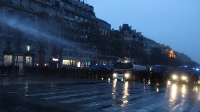 evacuation of yellow vests on the champs elysees, by the police and gendarmerie, in the evening, use of water cannon - water cannon stock videos & royalty-free footage
