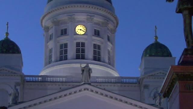 vidéos et rushes de cu, evangelical lutheran cathedral at dusk, helsinki, finland - style néoclassique