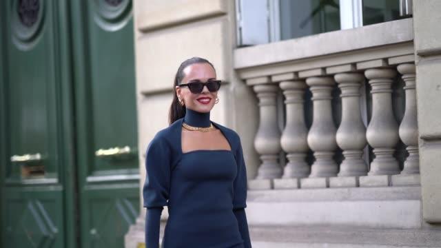 vídeos y material grabado en eventos de stock de evangelie smyrniotaki wears a navy blue dress outside alessandra rich during paris fashion week womenswear spring summer 2020 on september 27 2019 in... - vestido
