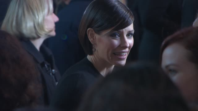 evangeline lilly at 'the hobbit: the battle of the five armies' world premiere at odeon leicester square on december 01, 2014 in london, england. - the hobbit: the battle of the five armies stock videos & royalty-free footage