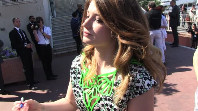 eve hewson signs autographs for fans at the 'this must be the place' photocall in cannes 05/20/11 - autografare video stock e b–roll