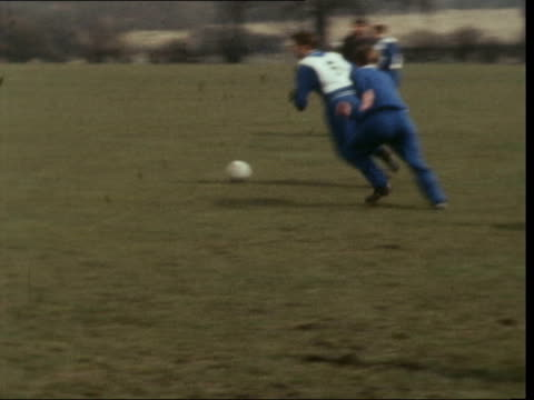 hendon lms leeds team train ms players and manager don revie run rl turn and run back ms captain billy bremner does arm exercises with others ms... - チェルシーfc点の映像素材/bロール