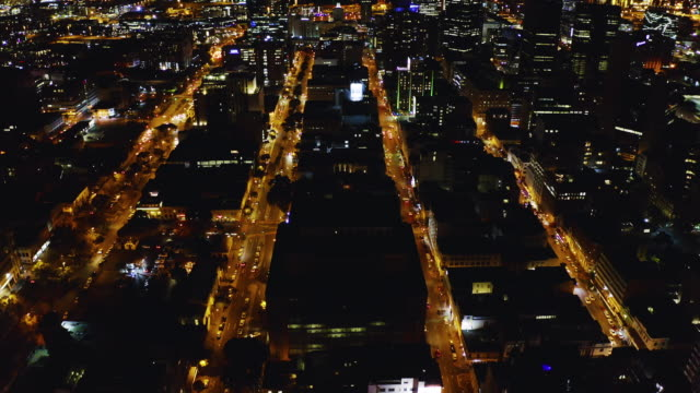 vidéos et rushes de même la nuit, la ville a l'air incroyable de cette vue - république d'afrique du sud
