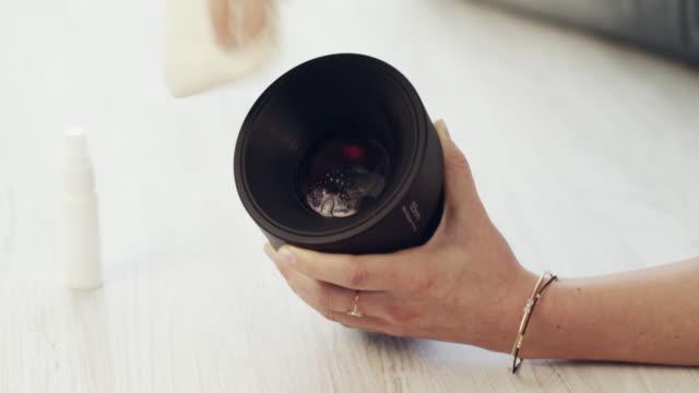 vídeos de stock, filmes e b-roll de até as lentes da câmera precisam ser limpas também. - exclusivo