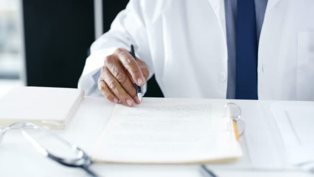 でも、医師が行うには、管理者のラウンドを持っています - 報告書点の映像素材/bロール