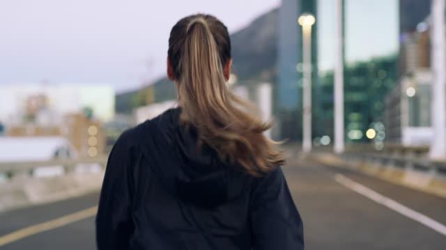 vídeos de stock, filmes e b-roll de mesmo se você correr sozinho, você já é um vencedor - atrás