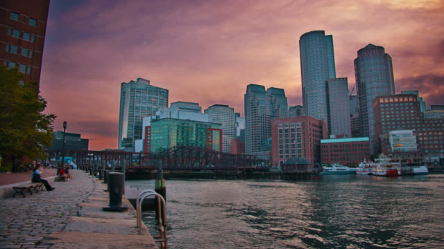 vídeos de stock, filmes e b-roll de à noite, boston. riverside. business downtown. edifício financeiro. sunset. - boston massachusetts