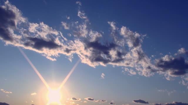 Nuvem e sol à noite