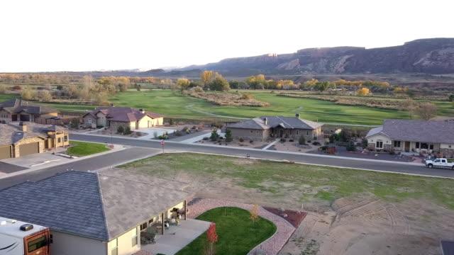 vídeos y material grabado en eventos de stock de noche abejón secuencias de lujo campo de golf al atardecer en otoño - grand junction