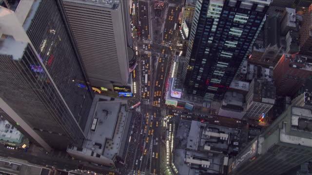 stockvideo's en b-roll-footage met evening flight over times square. shot in 2006. - artbeats