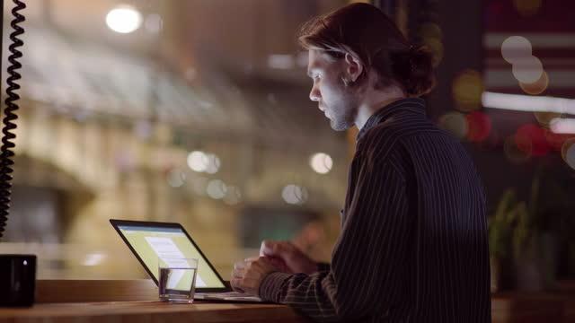 evening hot desk work - efficiency stock videos & royalty-free footage