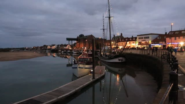 evening light, wells town harbour, norfolk, england - establishing shot点の映像素材/bロール