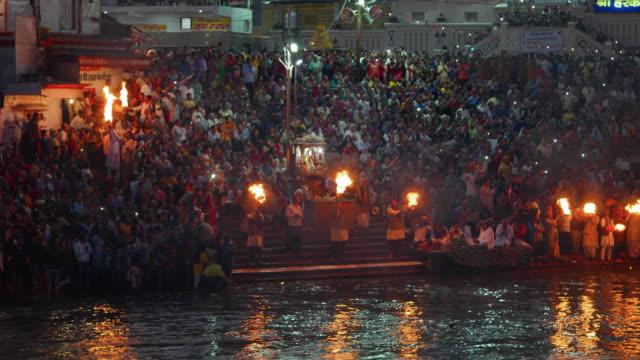 evening prayer (aarti) at har ki pauri, river ganges, haridwar, uttarakhand, india - riva del fiume video stock e b–roll
