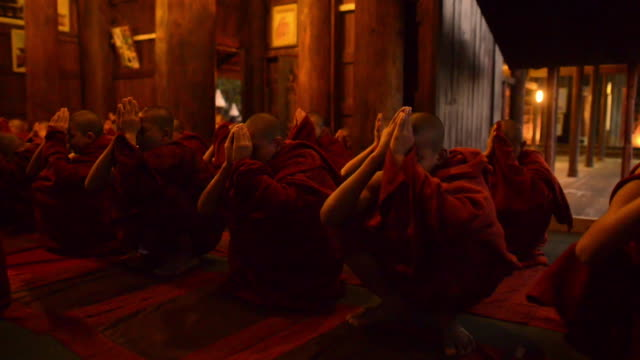 stockvideo's en b-roll-footage met evening prayer in buddhist monastery, mandalay, myanmar - buddhism
