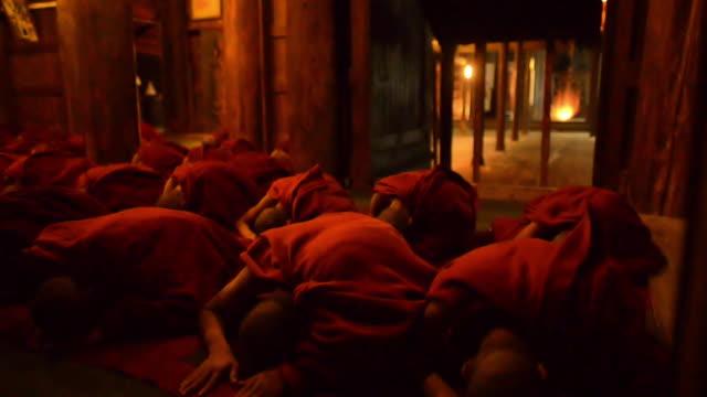 evening prayer in buddhist monastery, mandalay, myanmar - 僧点の映像素材/bロール