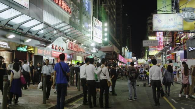 vídeos de stock e filmes b-roll de evening street scene in mong kok shopping district - mong kok