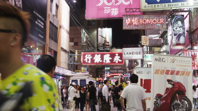 vidéos et rushes de evening street scene in mong kok shopping district - mong kok