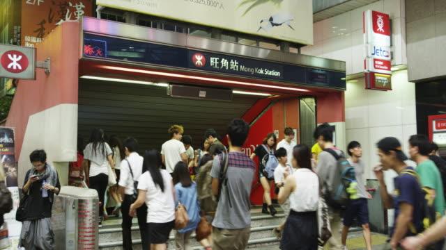 vídeos de stock, filmes e b-roll de evening street scene in mong kok shopping district - mong kok