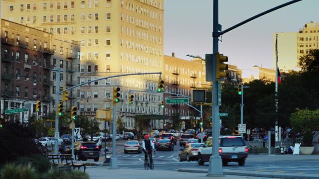 evening traffic in brooklyn, nyc - ニューヨーク州 ブルックリン点の映像素材/bロール