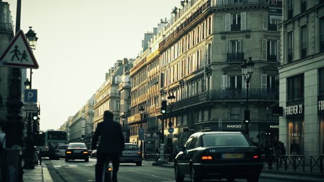 vidéos et rushes de evening traffic in paris - feu de signalisation pour véhicules
