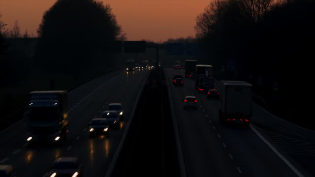 stockvideo's en b-roll-footage met hd evening traffic on highway - geschwindigkeit