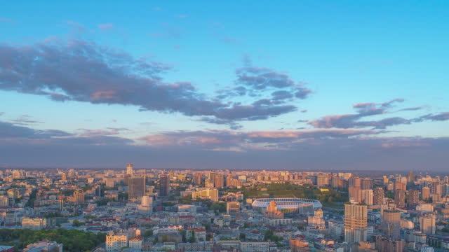 evening twilight falls over the city. lilac clouds against the blue sky. drone-lapse in 3 variants - キエフ市点の映像素材/bロール