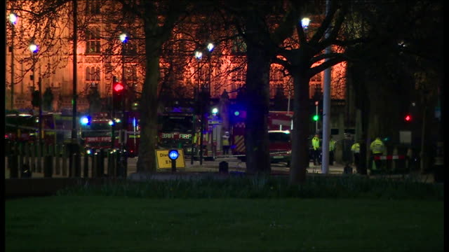evening view of the police cordon around the houses of parliament after the wesminster terror attack - überfahren stock-videos und b-roll-filmmaterial