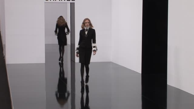 stockvideo's en b-roll-footage met chanel runway at the chanel paris fashion week a/w 2009 at paris - catwalk toneel