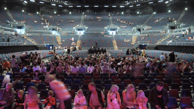 ws t/l event center filling up with people / auckland, auckland, new zealand - grandangolo tecnica fotografica video stock e b–roll
