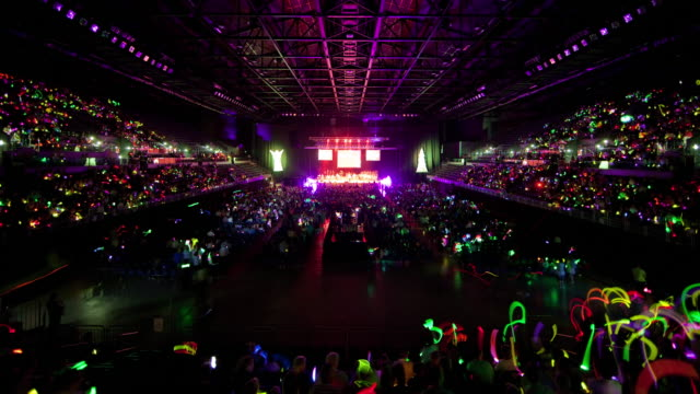 stockvideo's en b-roll-footage met ws zo t/l event center filling up with people for glow stick carols event / auckland, auckland, new zealand - druk spanning