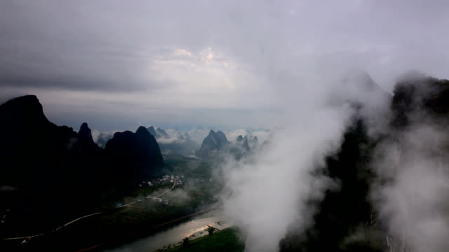 Ständig wechselnde Wolken über der lijiang river