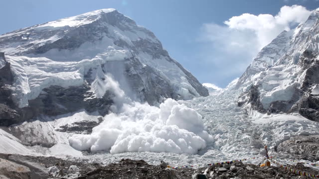 stockvideo's en b-roll-footage met everest avalanche - mount everest