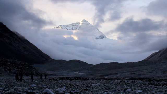 stockvideo's en b-roll-footage met everest in clounds - mount everest