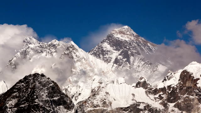 stockvideo's en b-roll-footage met everest peak - mount everest