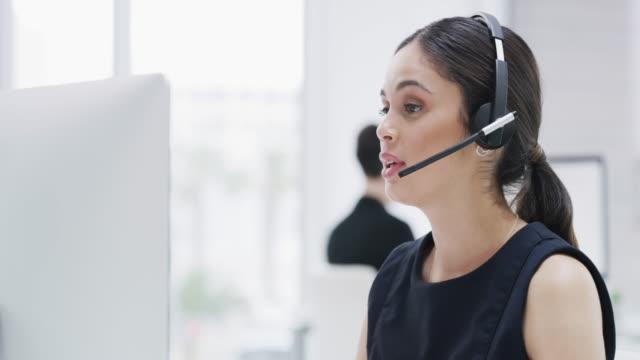 vídeos y material grabado en eventos de stock de cada llamada crea otro cliente satisfecho - oficio con título
