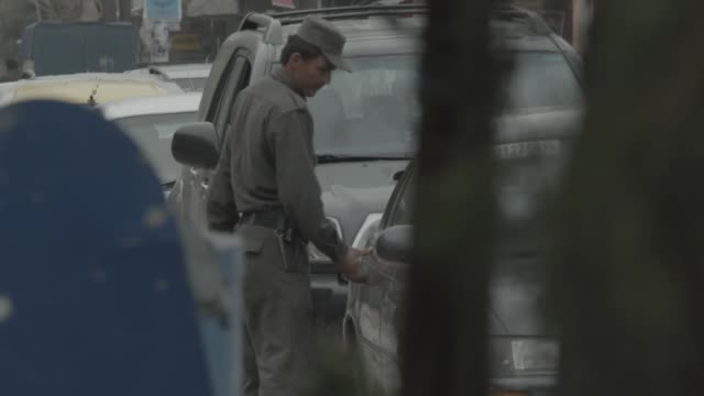 every day checkpoint on the streets of kabul - blocco stradale video stock e b–roll