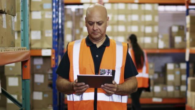 すべての項目を考慮する必要があります。 - 倉庫作業員点の映像素材/bロール