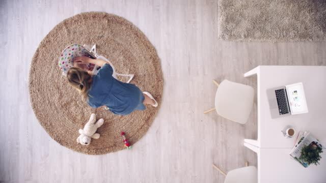 vídeos de stock, filmes e b-roll de cada mãe é uma mãe trabalhadora - escrivaninha