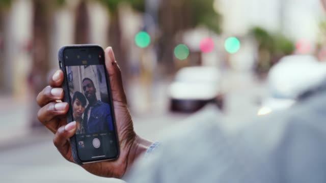 jedes selfie erzählt eine geschichte - dating stock-videos und b-roll-filmmaterial