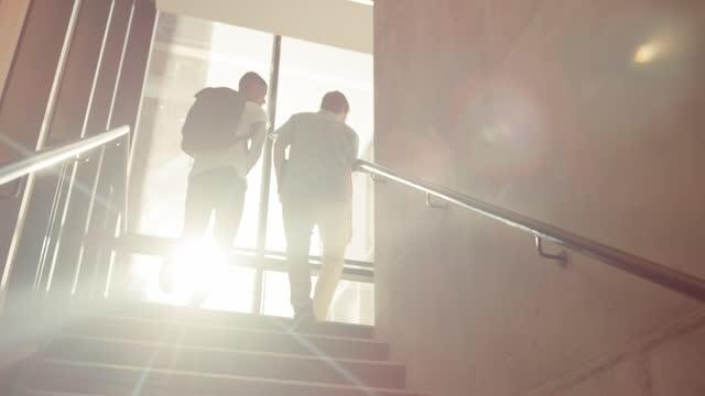 vídeos de stock e filmes b-roll de every success story started at the bottom - campus