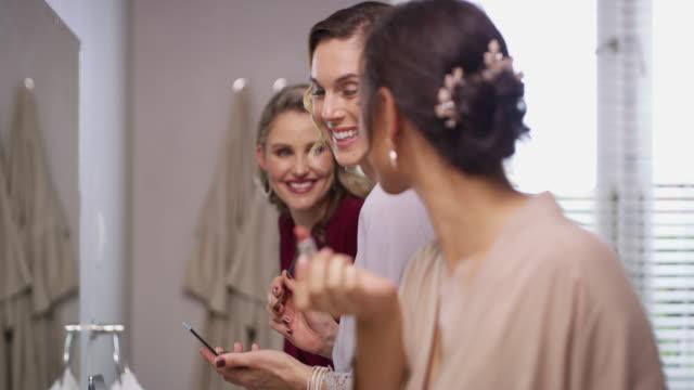 結婚式の誰もがゴージャスに見えるだろう - 鏡点の映像素材/bロール
