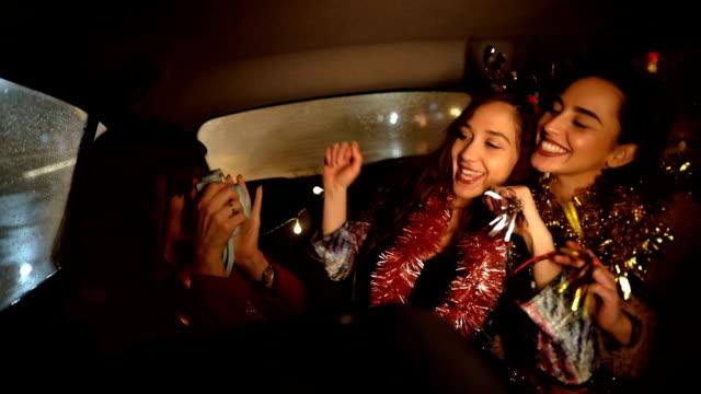 stockvideo's en b-roll-footage met iedereen glimlacht! ik wil elk moment van deze nacht vastleggen - passagiersstoel